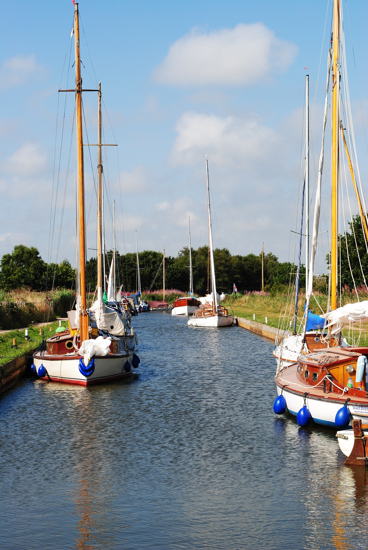 Daytripping on the Norfolk Broads. A fantastic day out for all the family. #daytrips #ukdaysout #norfolk #northnorfolkcoast #wroxham #boatingholidays #thingstodoinnorfolk #familyfunday#